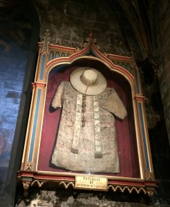Pierre de Luxembourgin kosketusreliikit eli hänen vaatteensa Saint Pierren kirkossa Avignonissa. Kuva: Marika Räsänen
