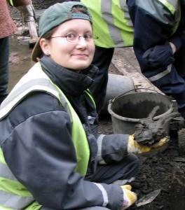 Dokumentoinnin jälkeen vuohenkallo kaivettiin ylös. Tässä se on kirjoittajan kädessä heti maasta nostamisen jälkeen. Kuvaaja Päivi Repo, 2006.